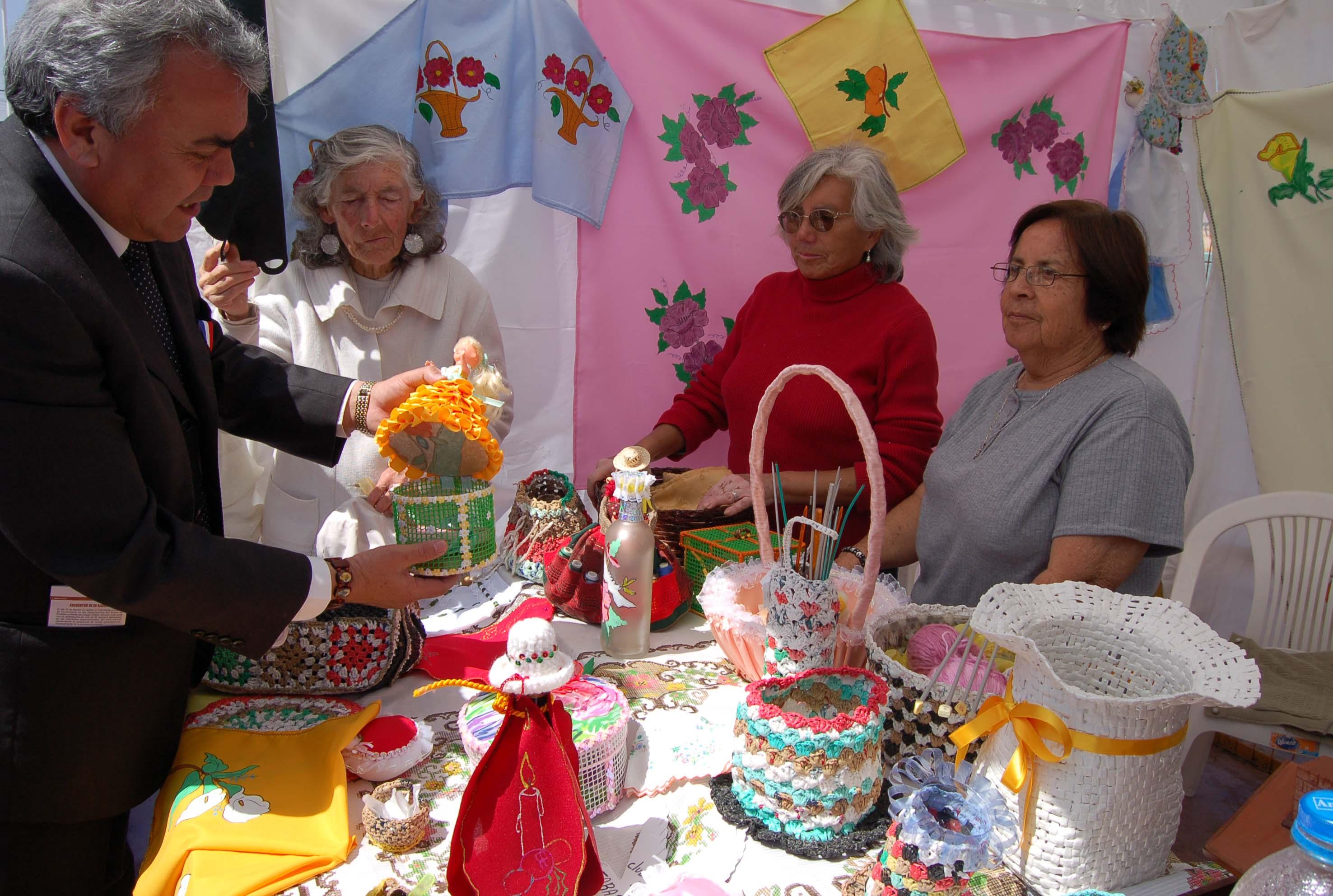 Adultos mayores exponen trabajos en manualidades - Talleres manualidades para adultos ...