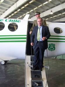 senador-orpis-bajando-del-avion